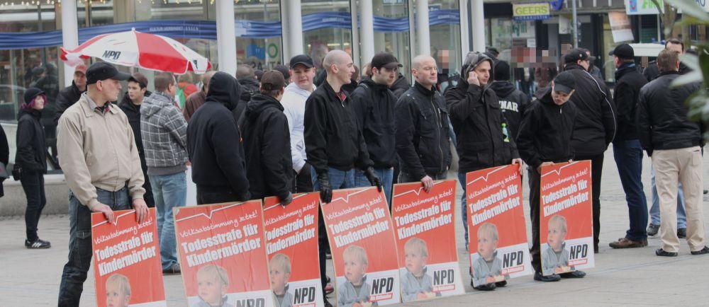 TeilnemerInnen der NPD Kundgebung